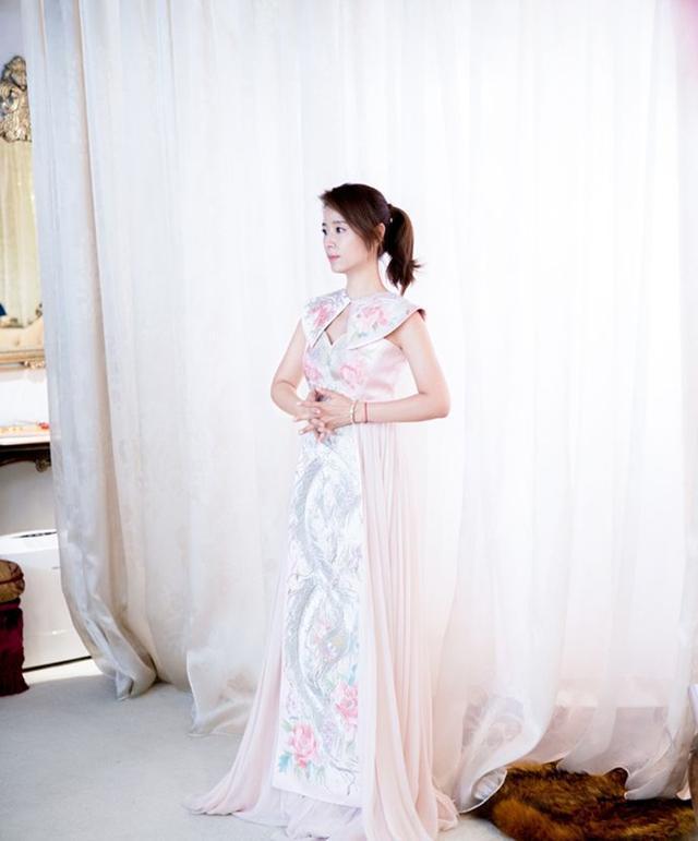 被林心如惊艳!穿中国风刺绣长裙美炸了,顶级气质足够艳压全场图片
