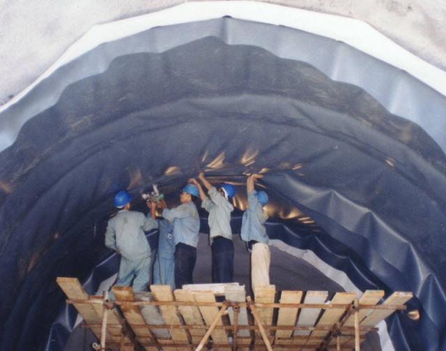 海里全是水,海底隧道是怎样修建的?看完感叹:工程太伟大了