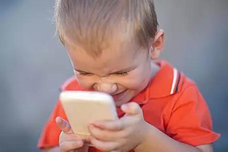 当中国父母还在纵容孩子玩手机时,法国政府却公开干了这件事
