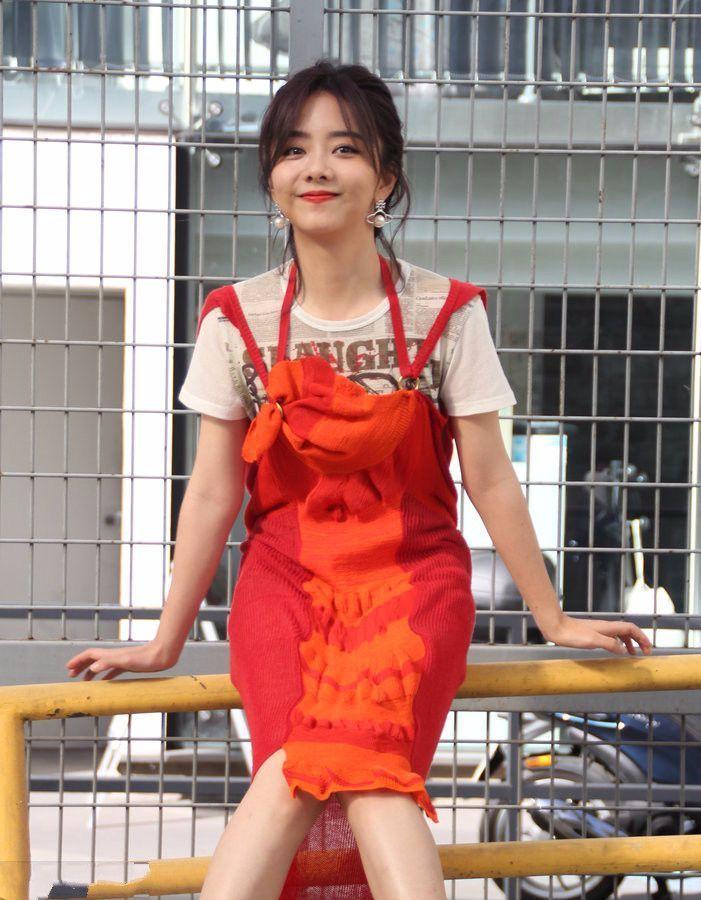 """谭松韵穿""""围裙""""上巴黎时装周看秀,确定不是来做饭?"""