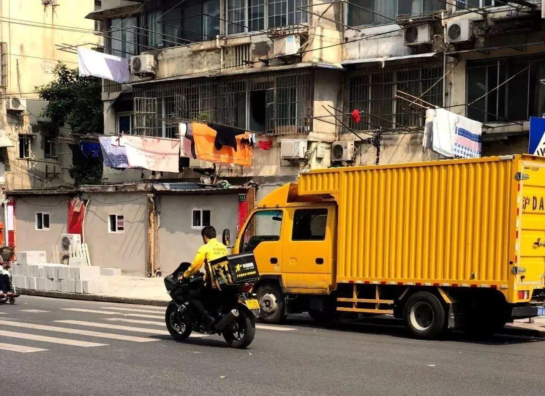 宝马2016发布会_沪A摩托车牌照40万一张,抵辆奥迪,小哥骑它送外卖_上海
