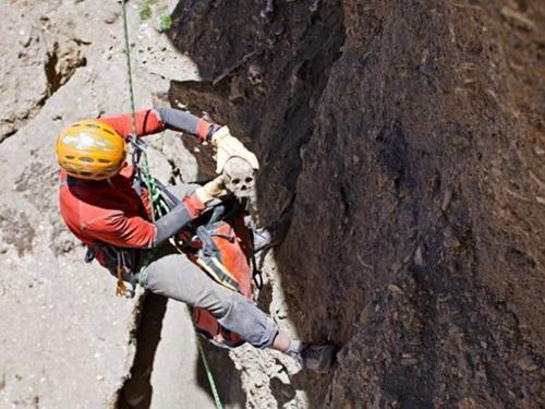 喜马拉雅山悬崖上,隐秘千年的上万洞穴,谁造的?为什么建造?