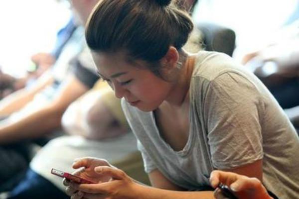 为什么我们都成了手机族,低头族现象真的可以被改变吗?   移动互联  第6张