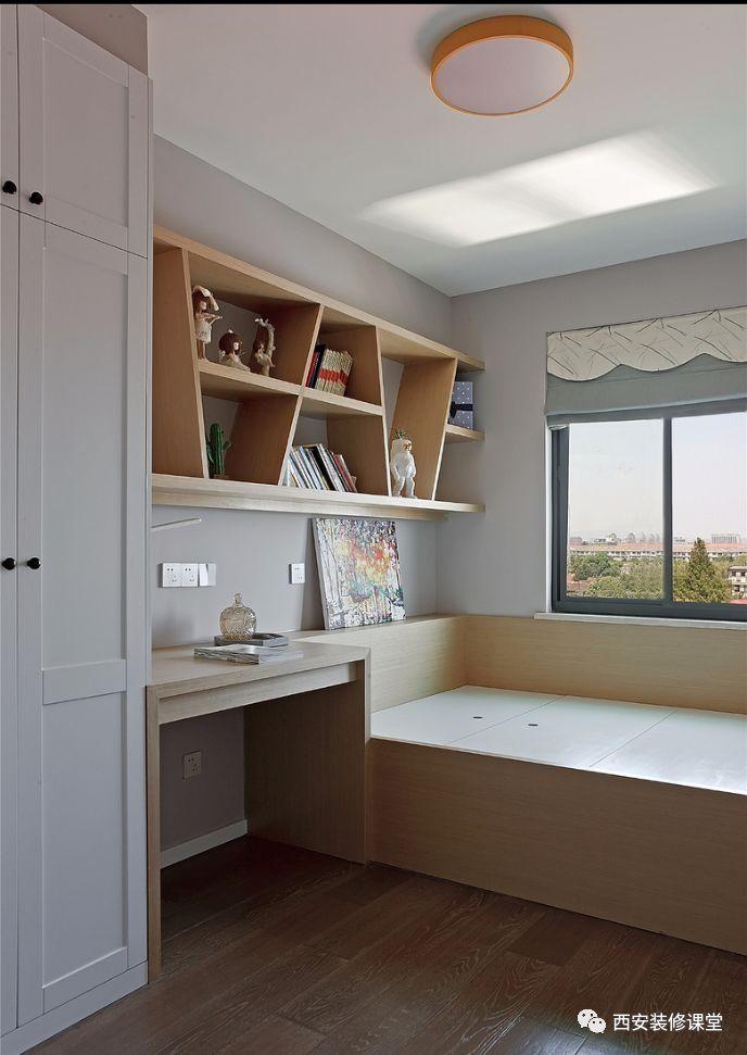 次卧儿童房木色榻榻米书桌书架一体设计,白色的衣柜收纳,两色生动图片
