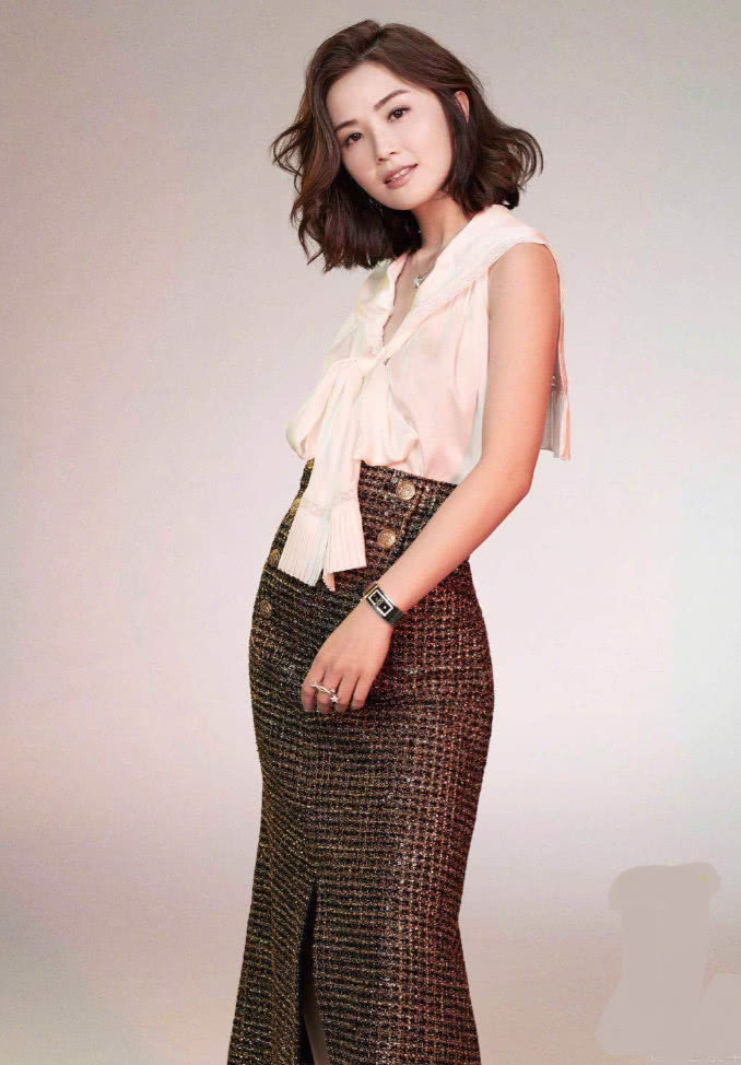 """蔡卓妍挑战""""丰胸装"""",狂秀身材,这不是一般胭脂俗粉比得上的!"""