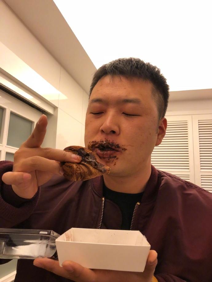杜海涛手拎排骨自称最胖 翘着的兰花指亮了