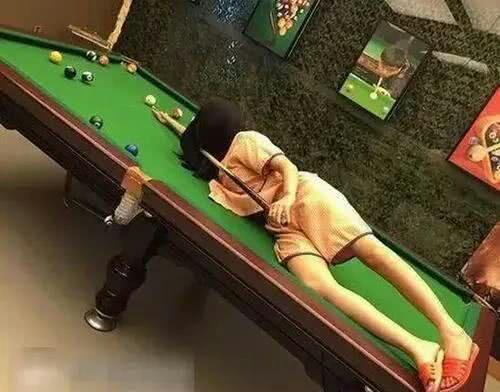 搞笑GIF图 妹子,打个台球注意形象啊,上桌子犯规了吧 作者: 来源:搞笑小老虎