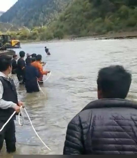 点赞!商务车坠河7旬老人被困 派出所长跳进刺骨河水施救