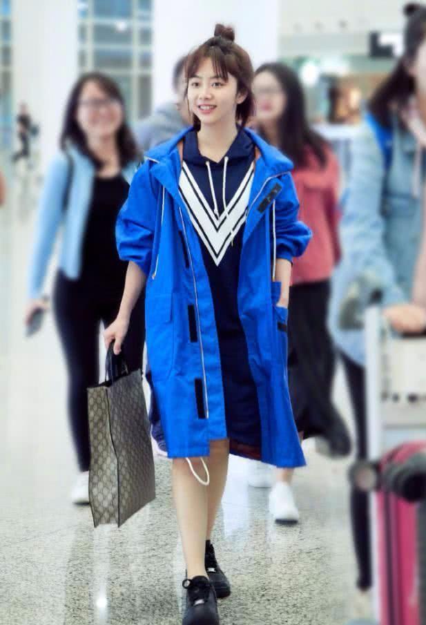 别看谭松韵长的矮,搭配衣服的能力是真的好,穿什么都像超模!