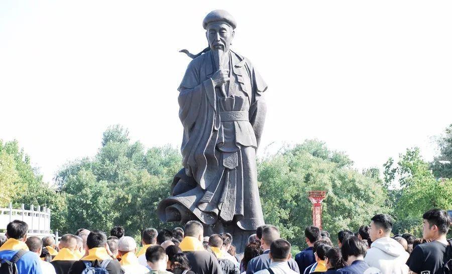 仟名拳师老沟寻根拜先君儿子暨老庆州先生铜像揭幕仪式美满举行,皇冠娱乐教养员列席