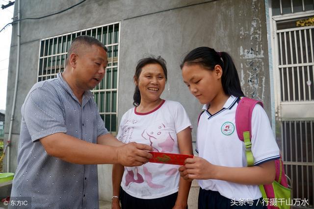 爸爸去世妈妈改嫁,13岁女孩与奶奶相依为命,做家务学习两不误图片