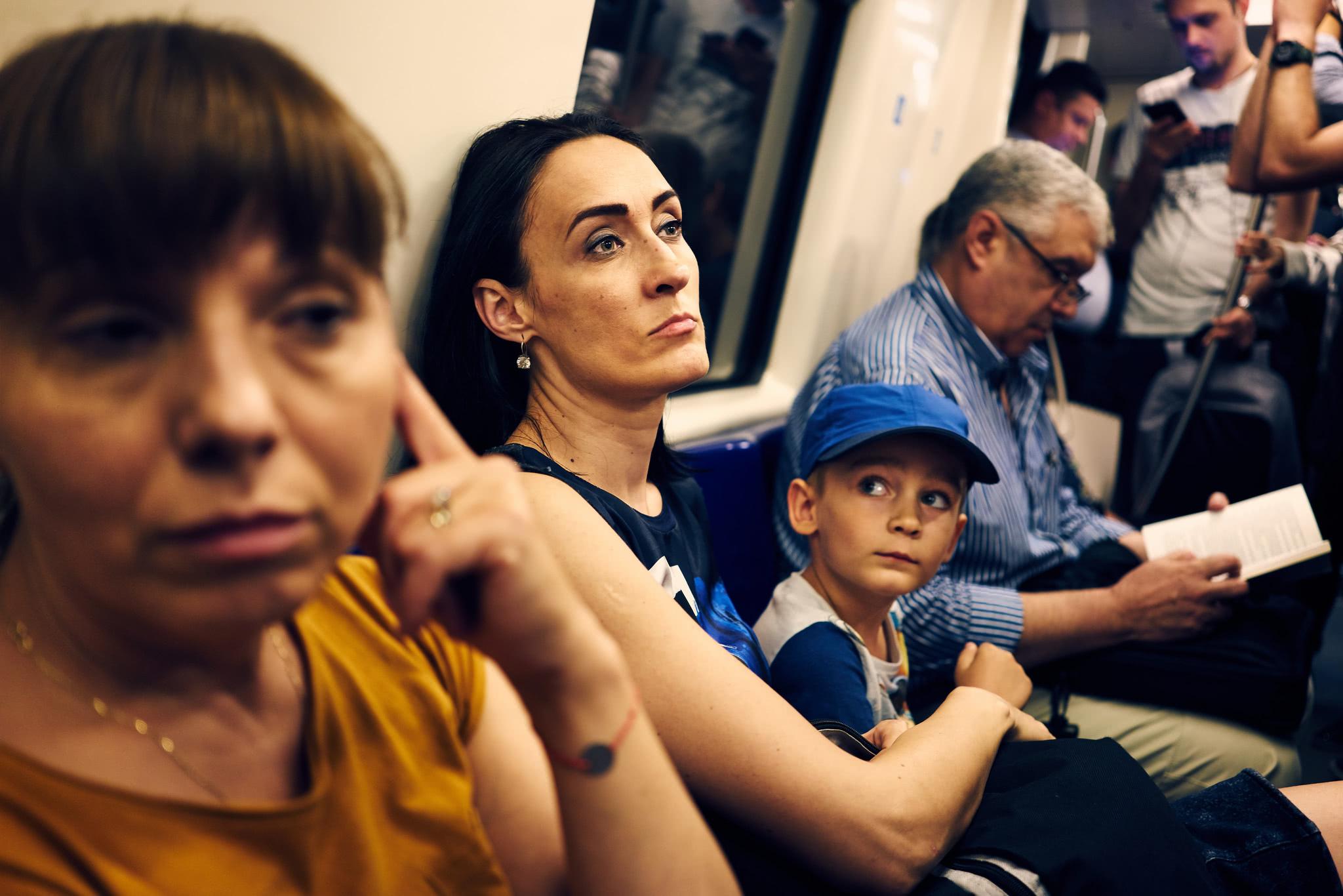 实拍欧洲发展中国家的地铁众生相:与中国人一样累,却十分落魄