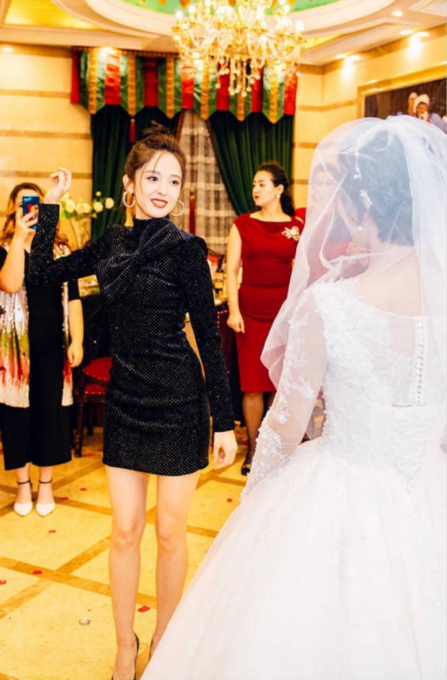 古力娜扎参加姐姐婚礼,魔鬼身材着实吸睛,网友:颜值高就是任性