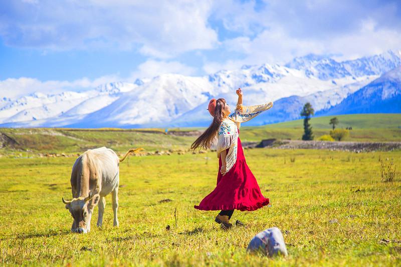 新疆那拉提房车自驾深度三日游,雪山皑皑中看空中草原图片