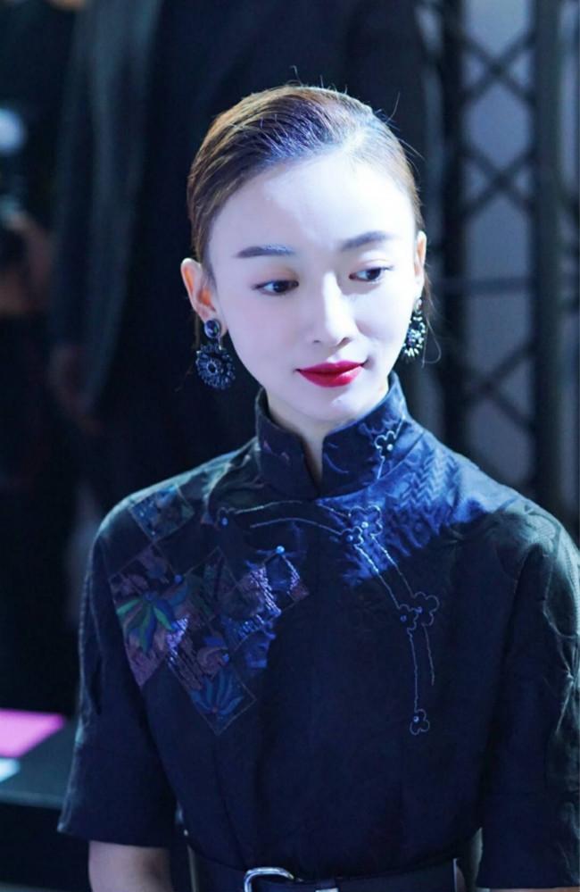 吴谨言一袭黑色旗袍现身时装周,看秀造型清纯大方,很养眼!