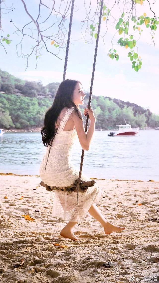 迪丽热巴26岁,古力娜扎26岁,两人同穿白裙,气质大不同
