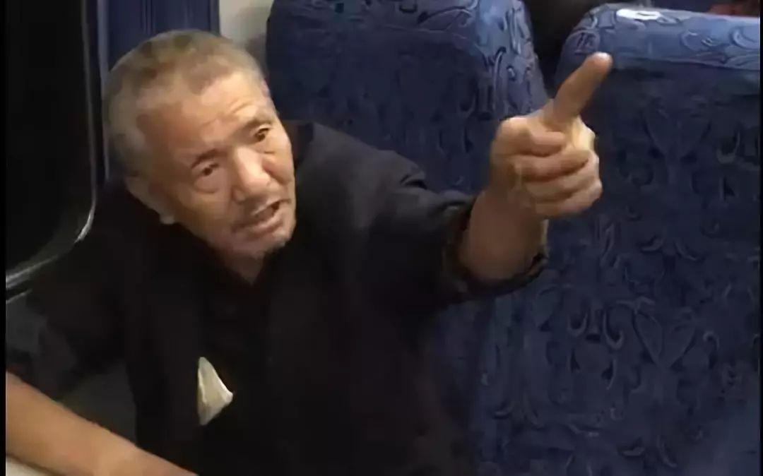 大爷霸座被列车员劝离无果:我一辈子都没买过车票