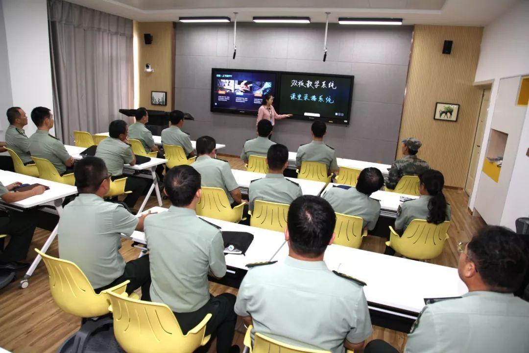 观看_观摩人员观看智慧教室使用演示