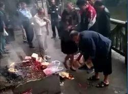 打捞女尸优酷网视频_视频| 遂宁河渠内惊现一具女尸,打捞现场众人围观!