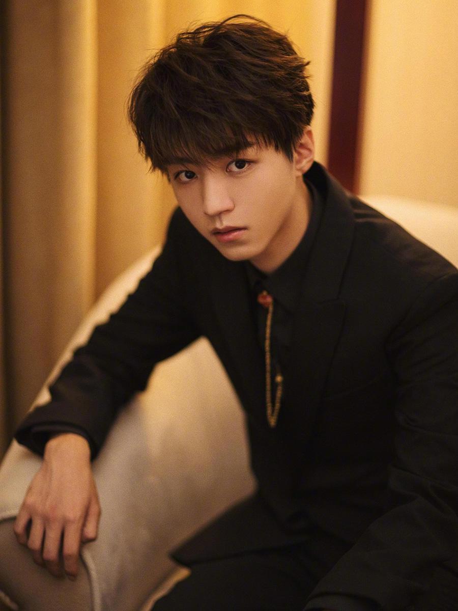 王俊凯和吴磊戴着胸针,淘气鬼变了精致boy,不会打领带了?