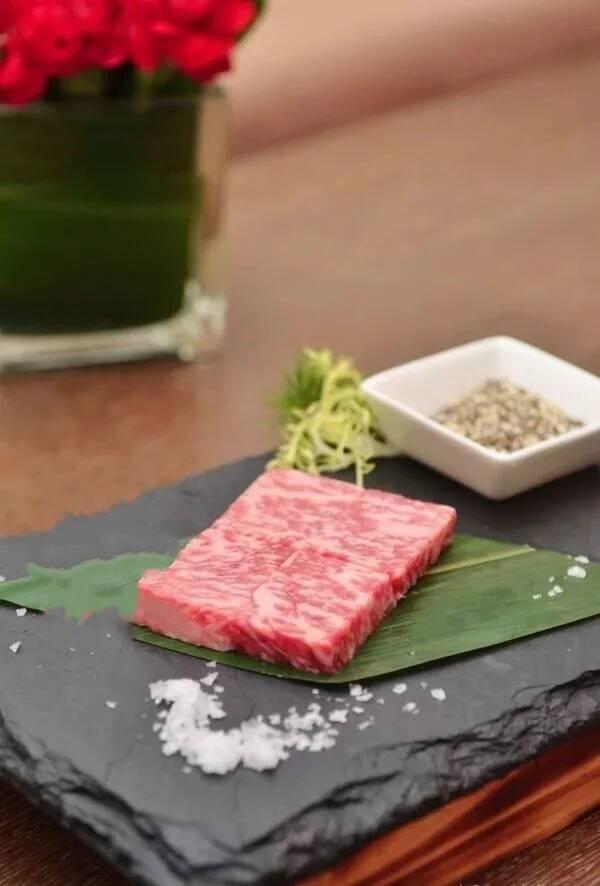 刘雪平美食餐饮团队菜品:石板雪花牛肉