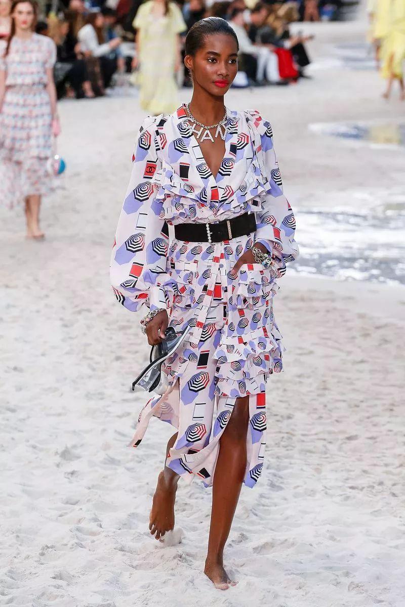 时尚 正文  chanel 经典外套下面搭配及膝半身裙,裙摆侧面开衩,露出