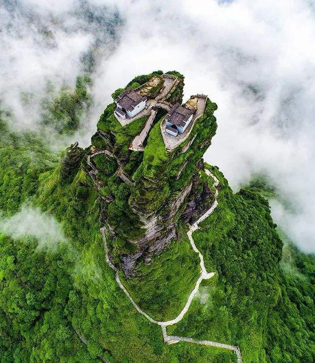 寺庙横跨2座山峰,悬空在2493米的大山上,网友:佩服古人的智慧