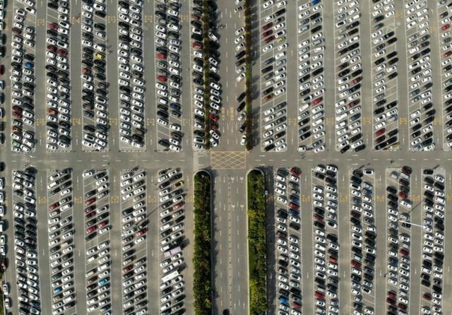 """中国国庆黄金周游客有多可怕?工科男:停车场好像""""电路板""""!"""