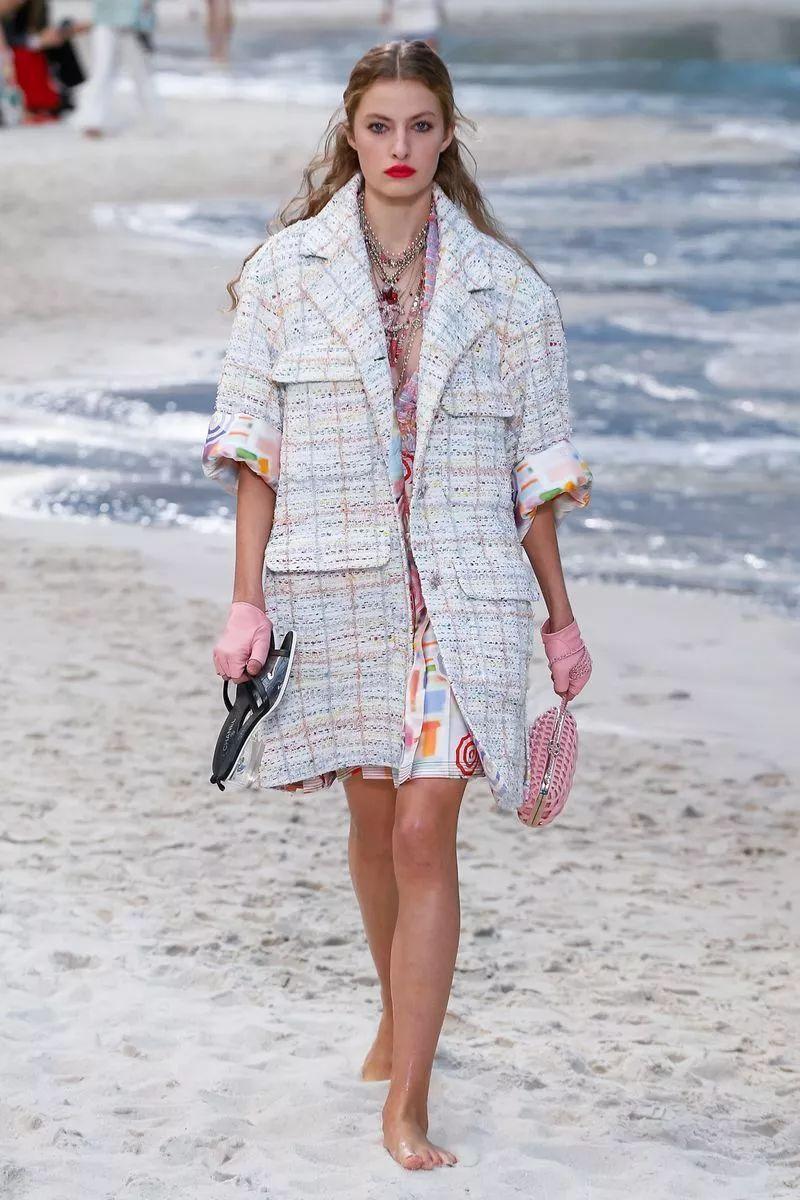 时尚 正文  chanel 经典外套下面搭配及膝半身裙,裙摆侧面开衩,露出内