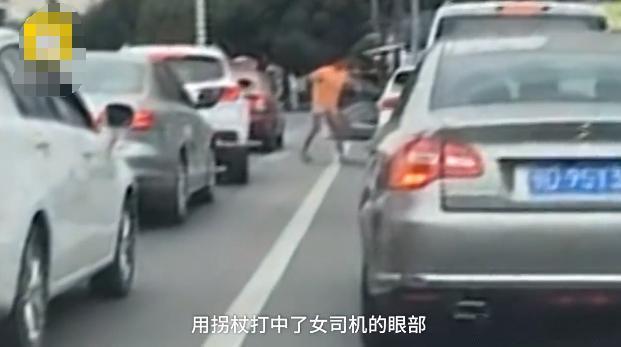 乞丐强行乞讨被拒,拿起拐杖猛砸女司机的车,不解气又开车门殴打