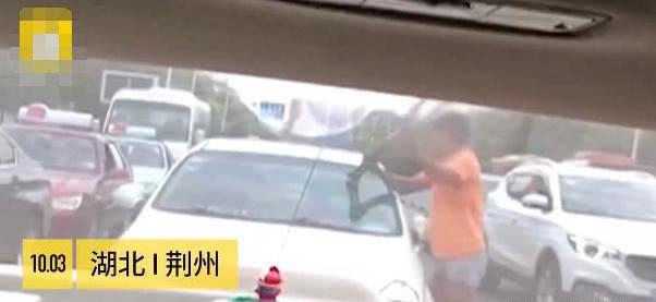 男子当街乞讨被拒,抄起拐杖怒砸女司机的车,周边群众无人去帮忙