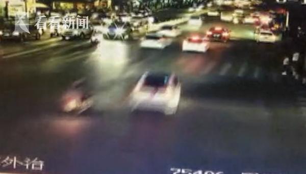 危险驾驶!两男子闹市按喇叭飙车还发视频炫耀 结果悲剧了
