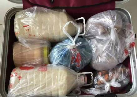 国庆从家里回来,你妈妈给你的行李箱都装了哪些吃的呢