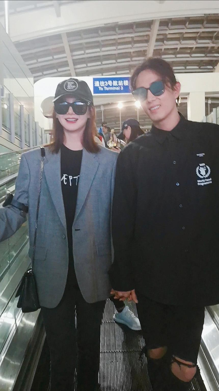 戚薇一家三口机场秀恩爱,果然是时尚潮人,时装周最新设计都用上了!