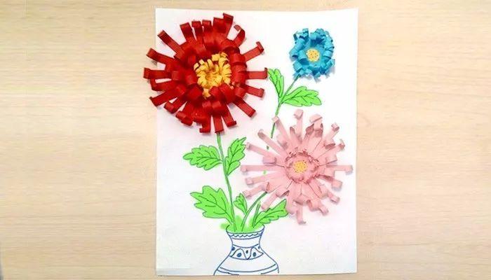 从黑色卡纸上裁剪下一个圆形纸片 然后全部纸条叠在一起做成花瓣状,把