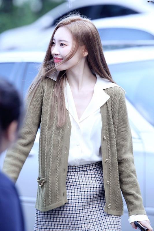 李宣美只是穿了一條半裙,小短腿立即消失,不愧為韓國第一美腿