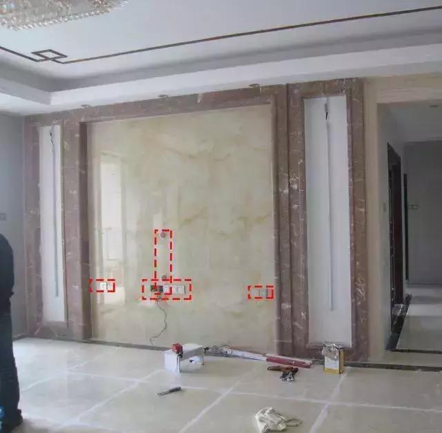 2,失误:电视背景墙选择用石膏线凹造型,结果堆了不少灰尘.