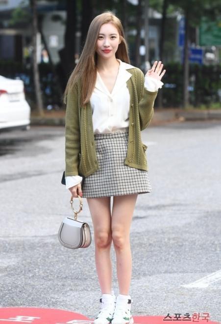 李宣美只是穿了一条半裙,小短腿立即消失,不愧为韩国第一美腿