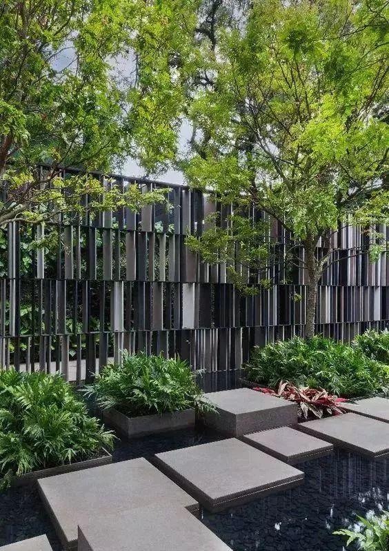 铁艺的栏杆也是最常见的 简洁线条状的栏杆现代感很强 阳光下能形成图片