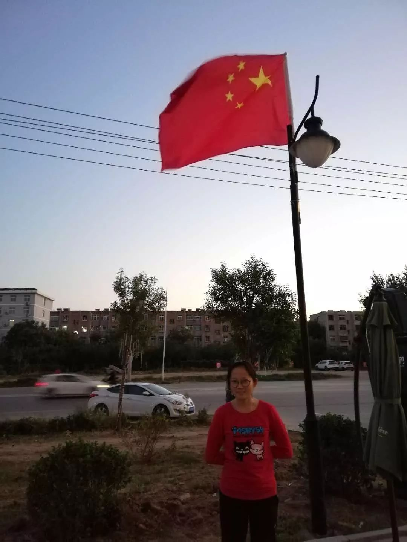 路上学生都在四处找国旗合影,竟是衡水这所高中的国庆图片