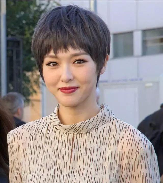 35岁唐嫣短发造型无修图曝光,皮肤紧致,面容依旧姣好!