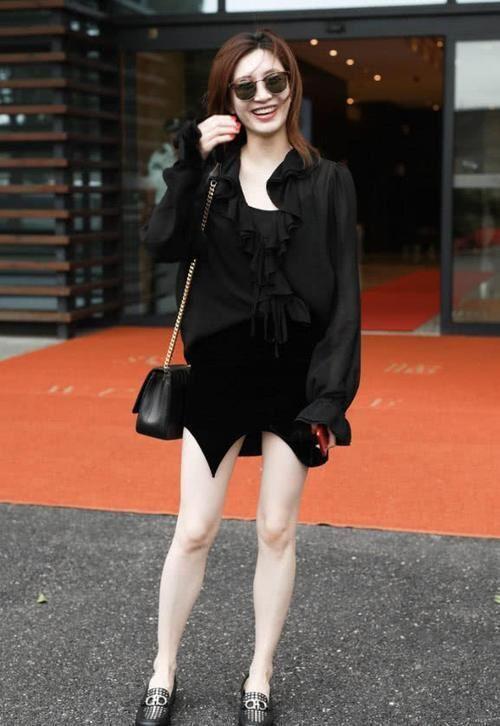江疏影这裙子一般人真不敢穿!又短又显胖,异形裙只有腿精敢挑战