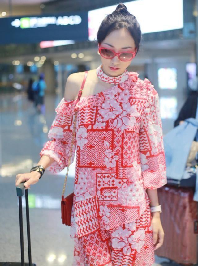 韩雪红裙现身机场,网友:你的鞋子目测40码?