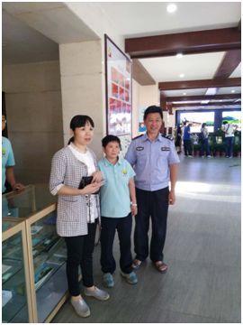 10月2日,景区保洁员张瑞炎捡到游客黑色皮包,在景区员工与派出所民警