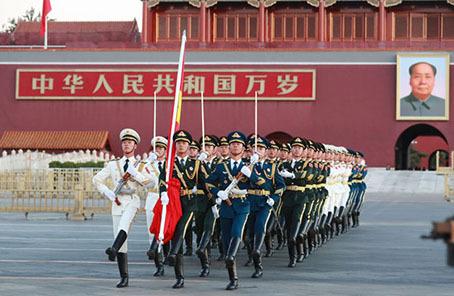 10月8日清晨,解放军三军仪仗队国旗护卫队走过金水桥.