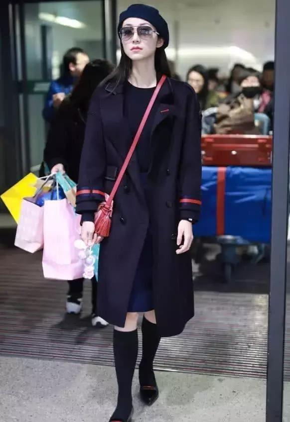 韩雪身穿风衣现身机场,这双袜子充分证明她是真会养生!