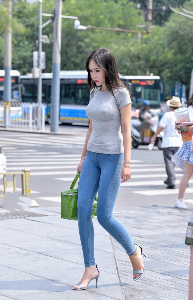 街拍紧身t恤美女_街拍美女:灰色T恤凸显丰满身材,紧身牛仔裤体现完美大长腿!