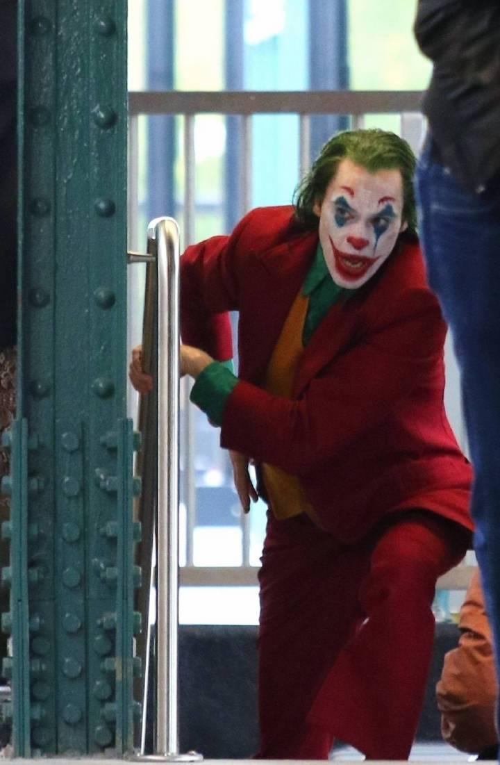 《小丑》曝新片场照 菲尼克斯一袭红衣玩转地铁