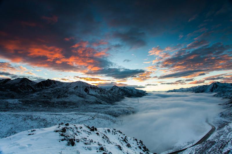 国庆大雪后,折多山日出,云海,佛光美极了!