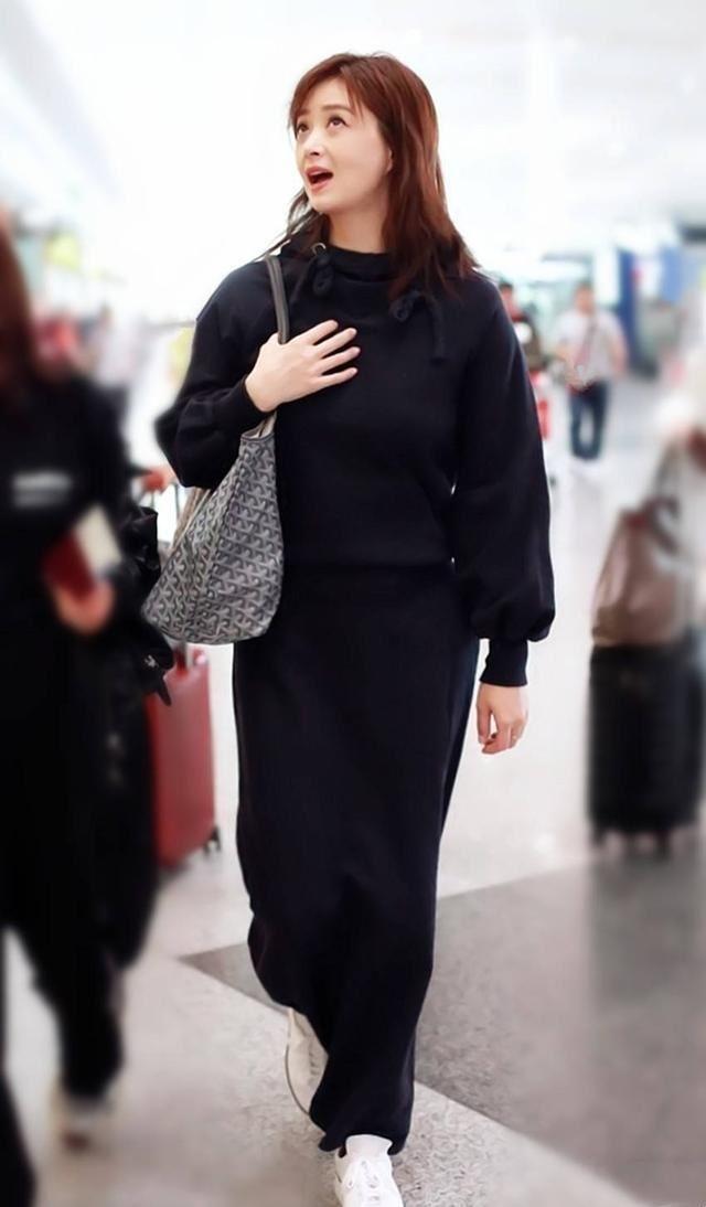"""蒋欣再次挑战""""显胖底线"""",秒变水桶腰的长裙能别再穿了吗?"""